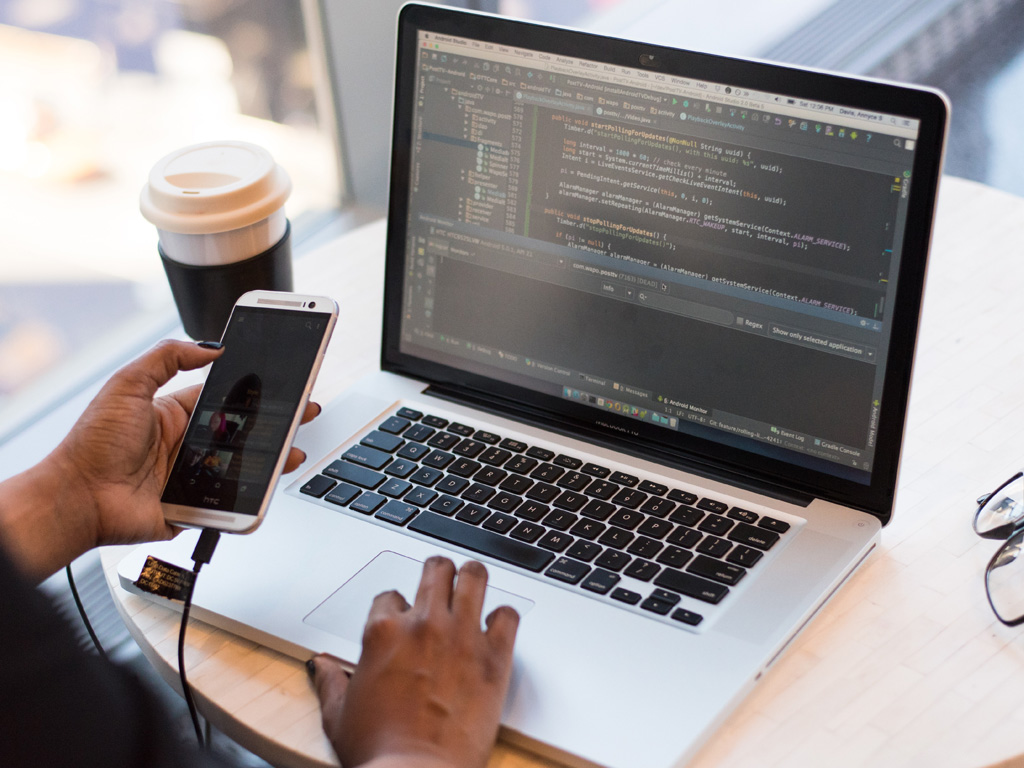 プログラミングからWebサイト支援まで幅広くサポート